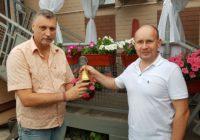 Иван Вдовичев передает Владимиру Анисимову колокол Ротари в Костроме 30 июня 2018